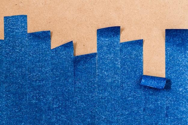垂直ロールアップライン付きの青い接着壁紙