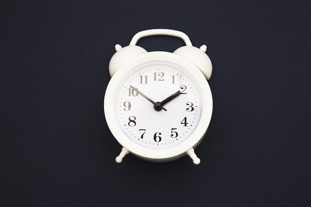 진한 파란색 유행에 파란색 알람 시계 격리 됨입니다.