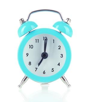 白で隔離される青い目覚まし時計