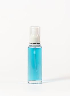 Синяя бутылка алкоголя с белым индентором