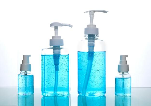 Изолированный синий спиртовой гель. гель-дезинфицирующее средство для рук для очистки. дезинфицирующее средство для рук в сливных бутылках 3 разных размеров.