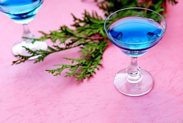 블루 알코올 또는 무알코올 칵테일 해변 스타일의 축하를 위한 열대 음료 큐라소 주류