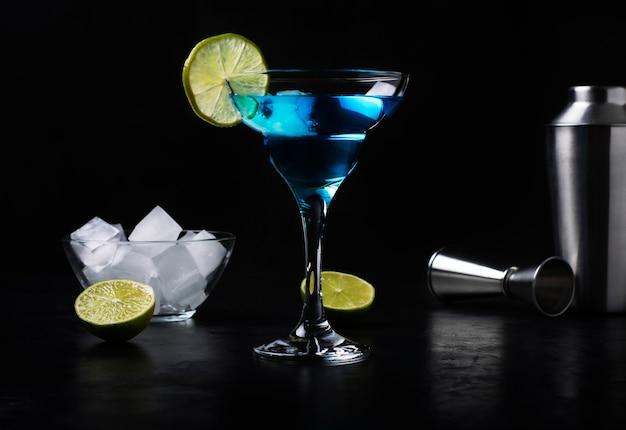 라임 조각으로 장식 된 블루 알콜 칵테일