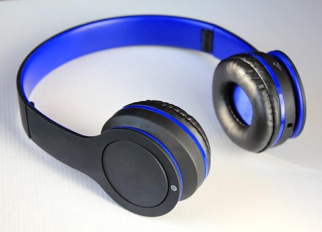 白地に青と黒のヘッドフォン。