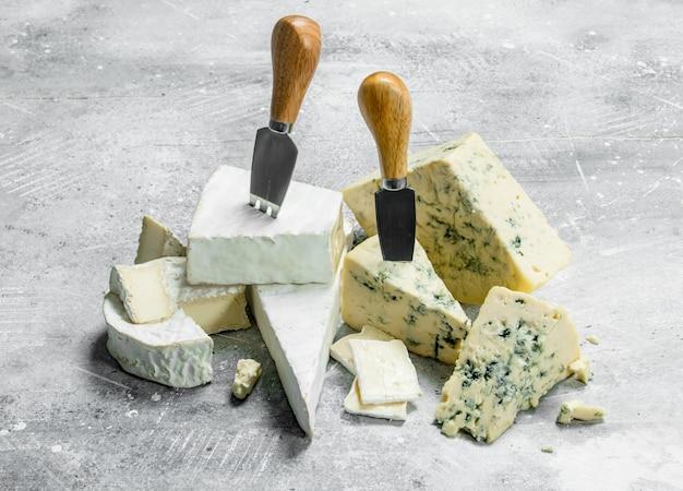 ナイフで青とブリーチーズ。素朴な表面に。