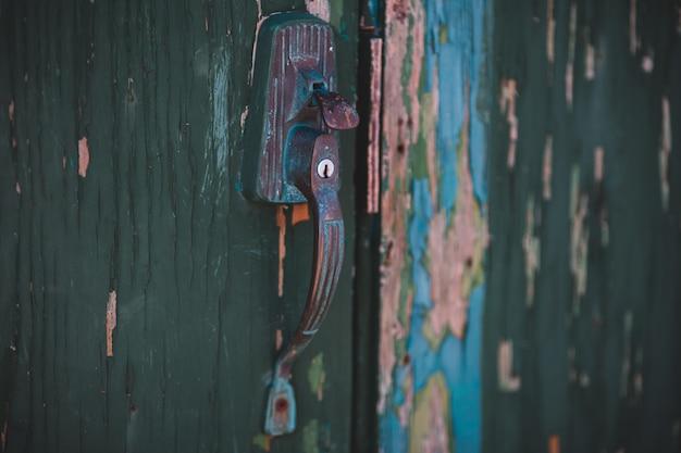 青と茶色のドアハンドル