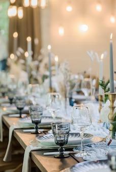 ブルーとゴールドの自由奔放に生きる結婚式の装飾。