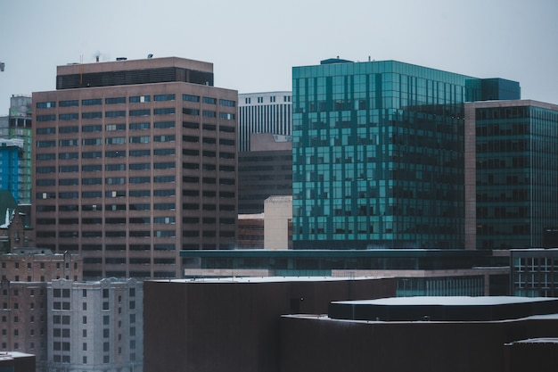 青と灰色の高層ビル