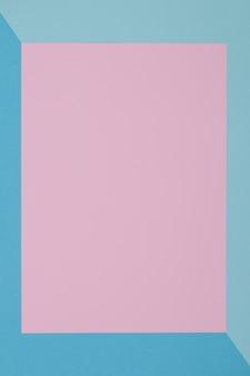 青とピンクの背景、色紙は幾何学的にゾーンに分かれます