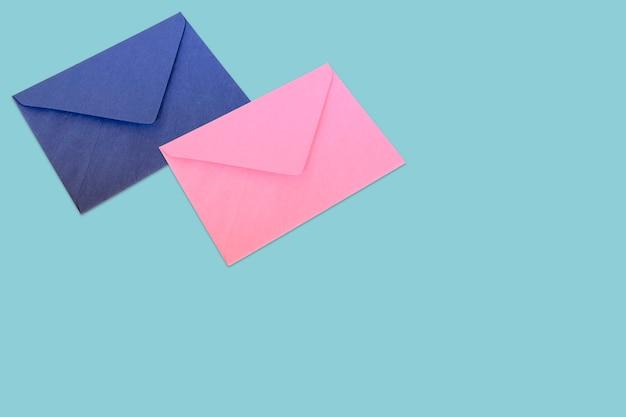 Синие и розовые конверты на синем фоне