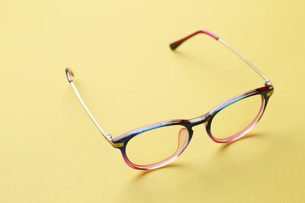 青とピンクのメガネフレーム