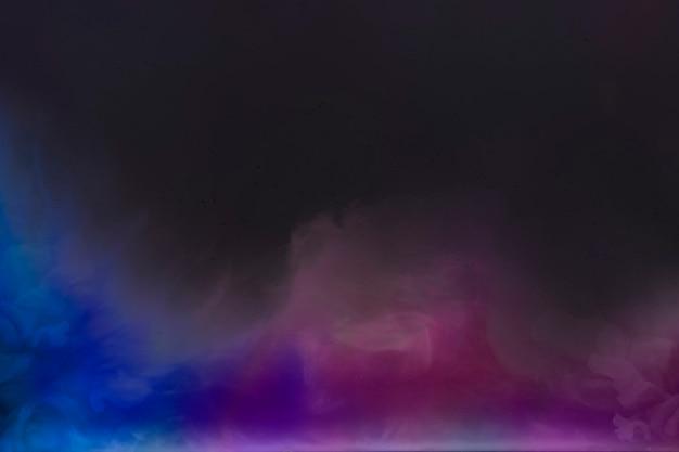 Синий и розовый градиент дыма в темной комнате