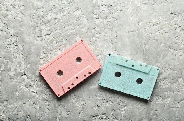 Синие и розовые пастельные аудиокассеты. вид сверху, копия пространства