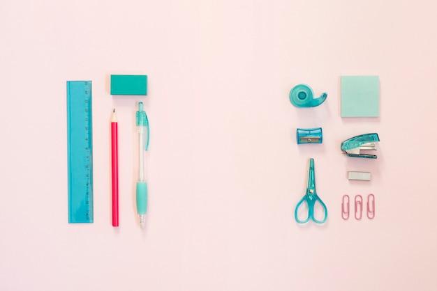 Синие и розовые школьные принадлежности