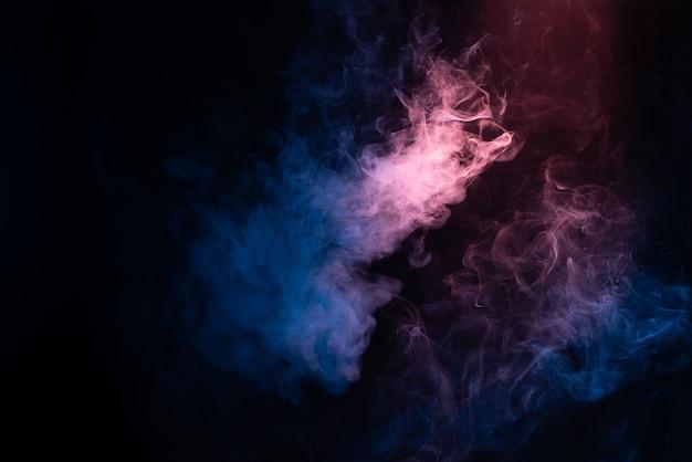 검은 색 표면에 파란색과 분홍색 증기