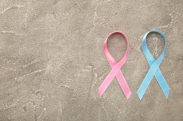青とピンクの象徴的なリボン-がん、乳がん、前立腺がんのリボンの問題。上面図