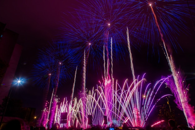 Синий и фиолетовый праздничный фейерверк. международный фестиваль фейерверков rostec