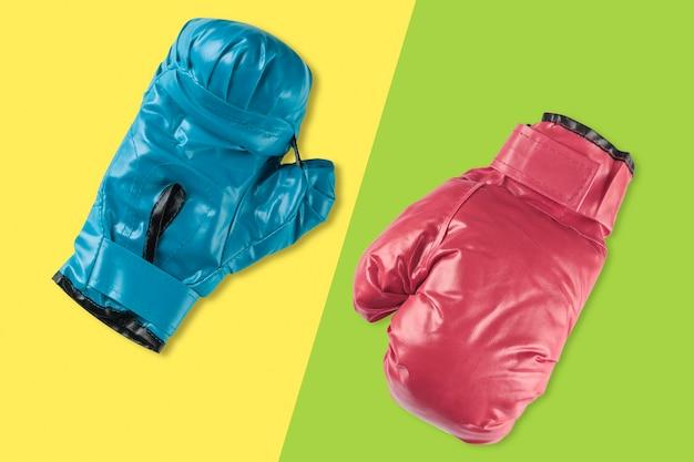 分離された青と赤のボクシンググローブ