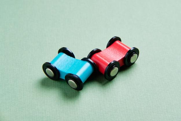 青と赤のおもちゃの車が衝突する自動車事故保険