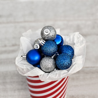 크리스마스 장식을 위해 스트라이프 양동이에 수집 된 파란색과 은색 공