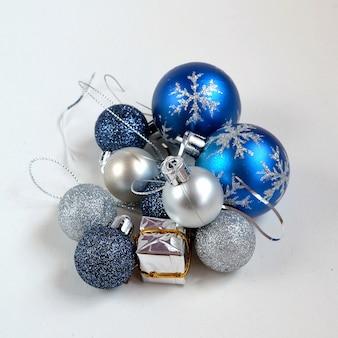 «синие и серебряные рождественские шары» Бесплатные Фотографии