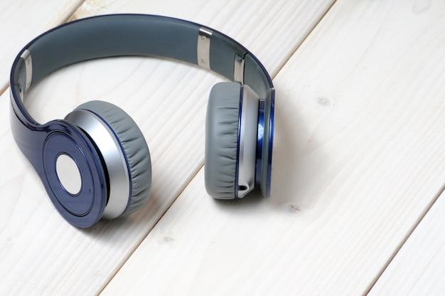 音楽を聴くための青と銀のモダンなヘッドフォン