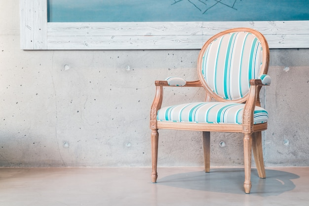 青と白の椅子
