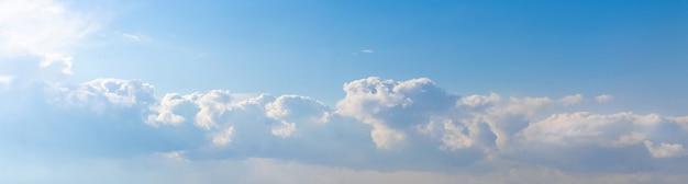 밝은 햇빛에 하늘에 파란색과 흰색 구름