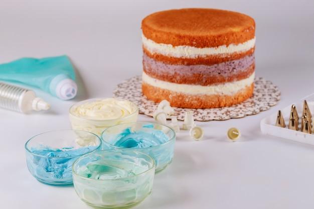 青と白のアイシングケーキ、アイシングバッグの装飾用チップ。
