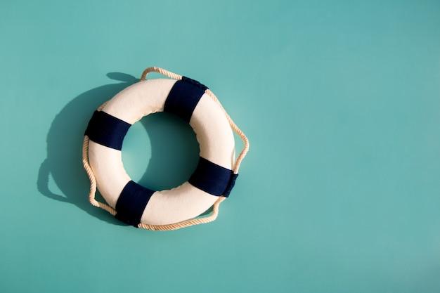 파란색과 흰색 해양 구명 부표입니다. 복사 공간