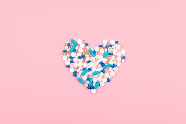 Синие и белые таблетки и таблетки в форме сердца