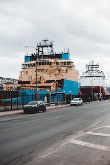 昼間のドックの青と白の船
