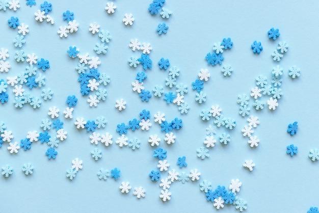 Сине-белые снежинки украшения новогодняя вечеринка рождественские праздники зимняя концепция