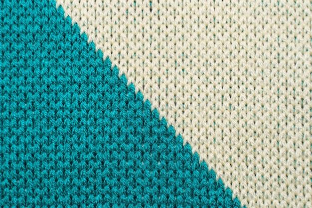 파란색과 흰색 합성 니트 직물을 닫습니다. 니트 대각선 패턴 패브릭 질감 배경