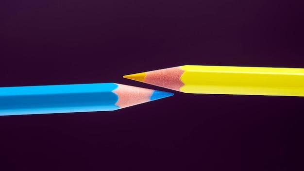 어둠 속에서 그리기위한 파란색과 노란색 연필.