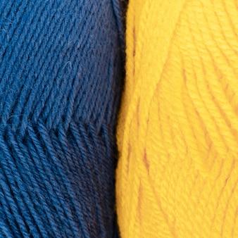 파란색과 노란색 양모 원사