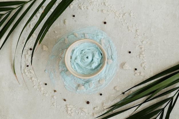 Синяя ароматическая свеча с ароматом бриза