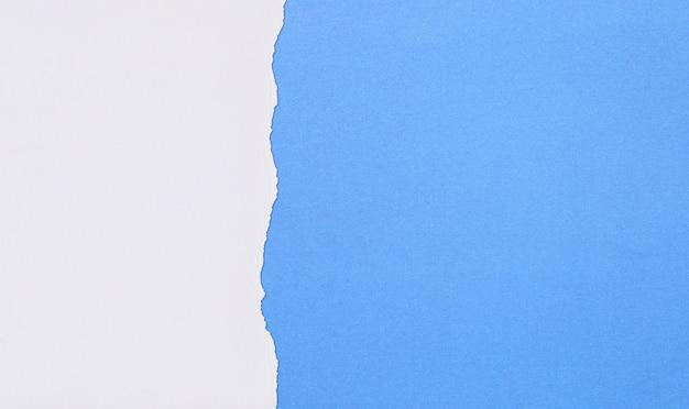 디자인을 위해 겹치고 찢어지는 파란색 아트지.