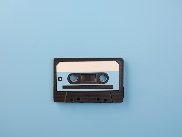 Синяя аудиокассета на синей стене
