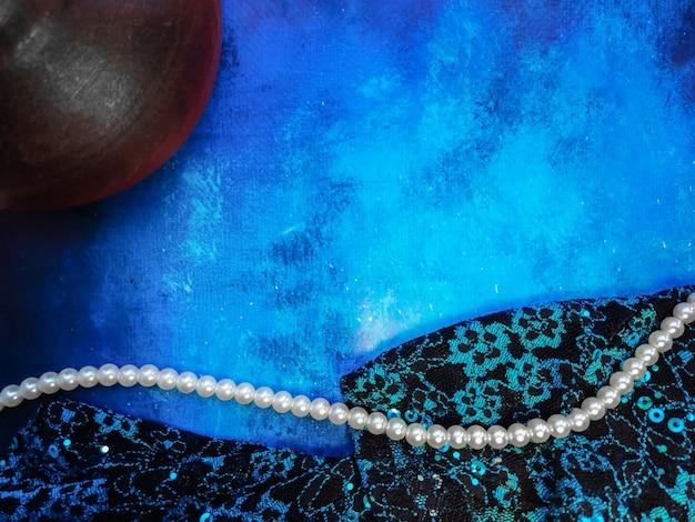 반짝임이 있는 파란색 천 조각이 있는 파란색 배경 미용 건강 미학