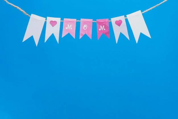 Синий фон с декоративной гирляндой на день матери