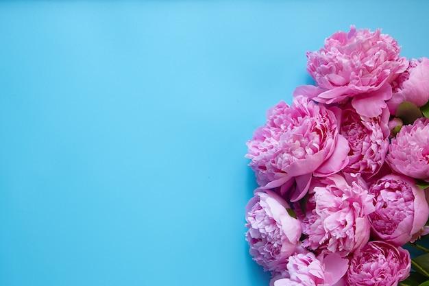 花とテキストの場所と青い背景。