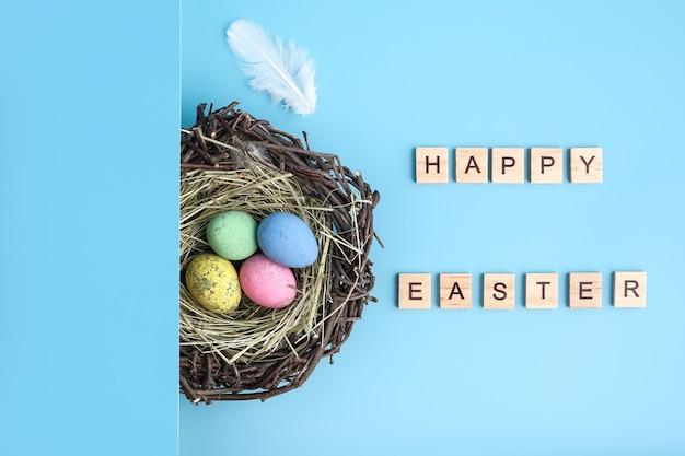 그려진 된 부활절 달걀 둥지 평면 누워 파란색 배경