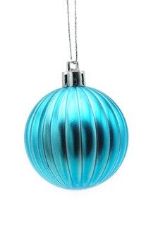 孤立した白い背景の上の青いボールのクリスマスのおもちゃ。