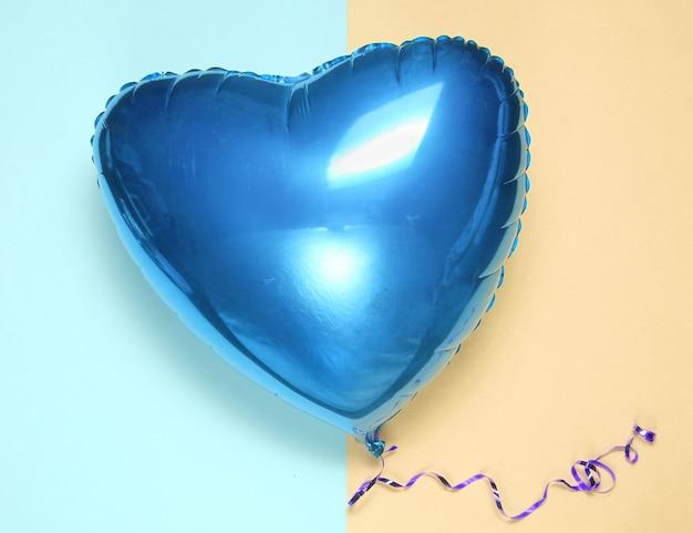 パステルカラーの背景に青いバルーンハートバレンタインデー