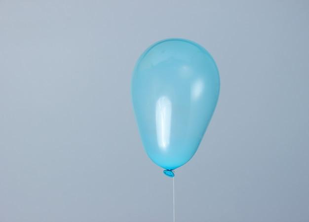 灰色に分離された青い風船