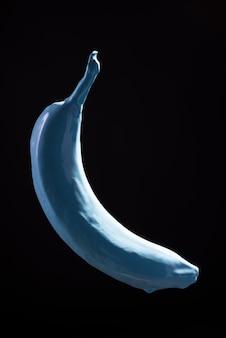 검은 배경 부상에 파란색 바나나 페인트