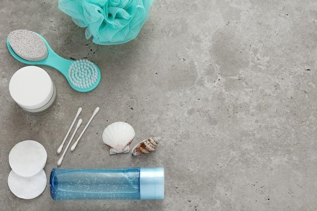 Синие аксессуары для ванных комнат на бетонном фоне. уход за собой, уход за телом, релаксация. вид сверху, плоская планировка. свободное место для текста, копировальное пространство.