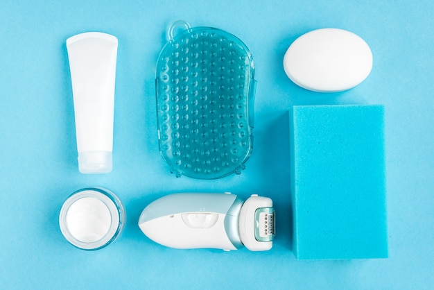 Синий женский столик для ванной. мыло, губка, массажер, крем и депилятор. банные принадлежности. очищение и уход за кожей.