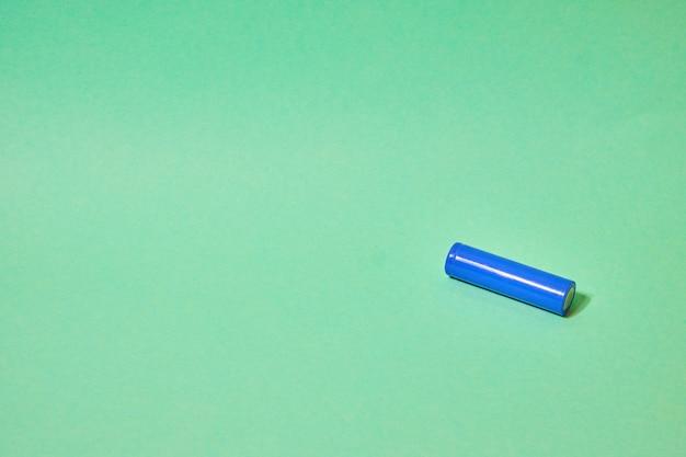 녹색 배경에 파란색 배터리
